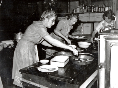 Dorothy McMorran (centre) cooking at the World War 2 canteen, Sydney