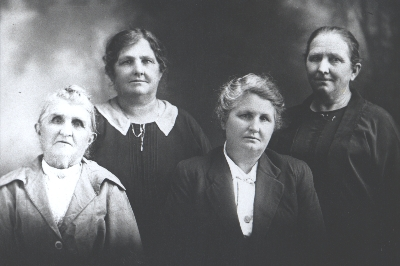 Emma Loader with her 3 daughters, Harriett, Violet, Matilda (Rt)