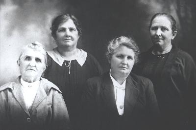 Emma Loader with her 3 daughters, Harriett, Violet, Matilda (Rt)